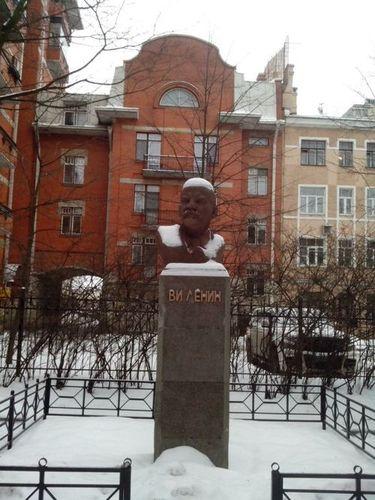 Санкт-Петербург, ул. Юризанская, памятник Ленину
