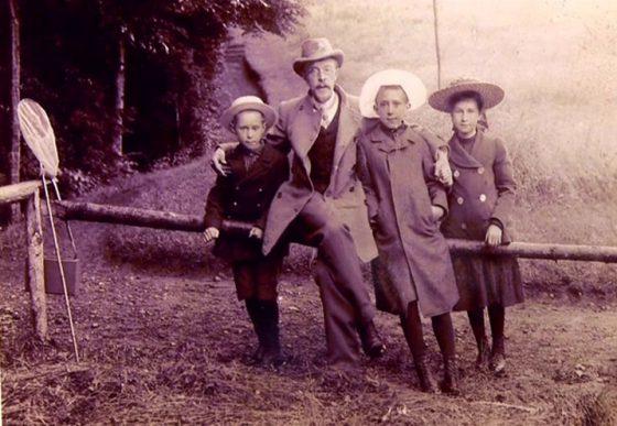 Прокудин-Горский со своими детьми