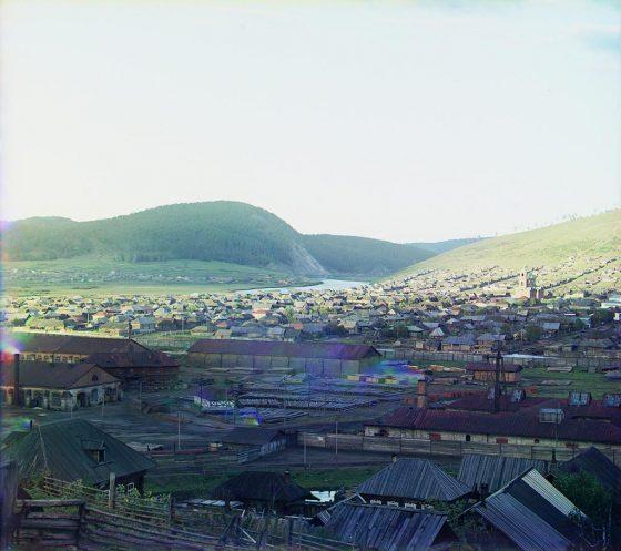 С. М. Прокудин-Горский. Вид с Могильной горы [на Усть-Катавский завод]. Вдали Медвежья гора. Лето 1910 года