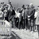 Юрюзанские комсомольцы у мемориала