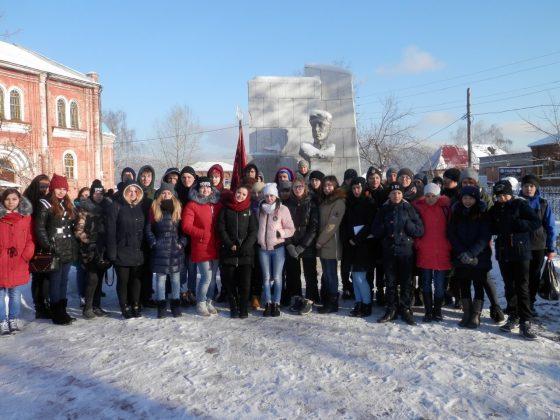 Студенты ЮТТ у могилы Кукарина