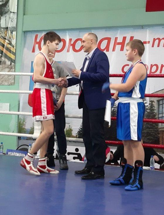 Павел Балахнин награждает боксеров
