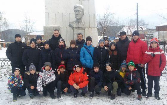 Юные боксеры у памятника герою И.А. Кукарину
